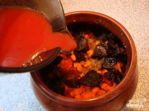 Томатную пасту разводим в половине литра воды и разливаем смесь по горшочкам.