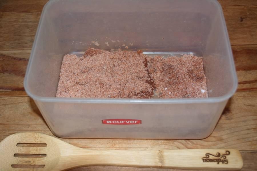 В какой-нибудь емкости смешайте: соль, сахар, кориандр, чуть меньше 1 ч. ложки острого красного перца. Хорошо перемешайте между собой специи.
