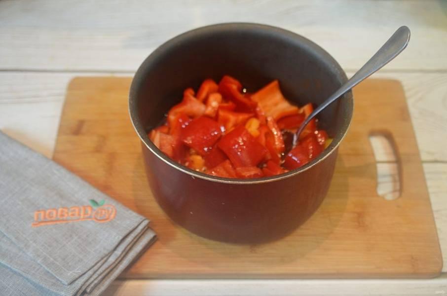 2. Все ингредиенты для рассола, кроме уксуса, доведите до кипения. Положите в рассол перцы.