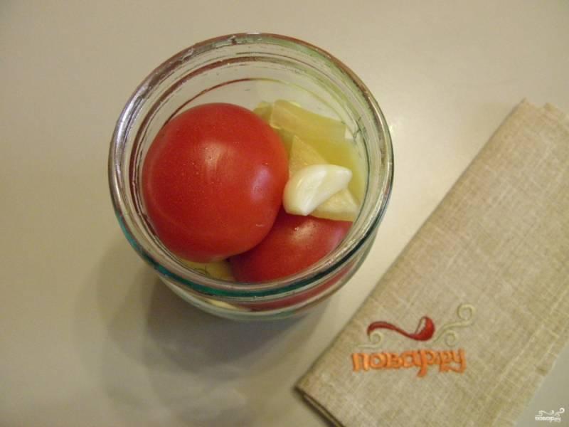 Тщательно вымойте помидоры, у болгарского перца удалите семена, порежьте овощ на кусочки. Каждый помидорчик проколите в месте плодоножки, чтобы он не лопнул в процессе. Укладывайте помидоры плотно в баночки, чередуя их с перцем и чесноком.