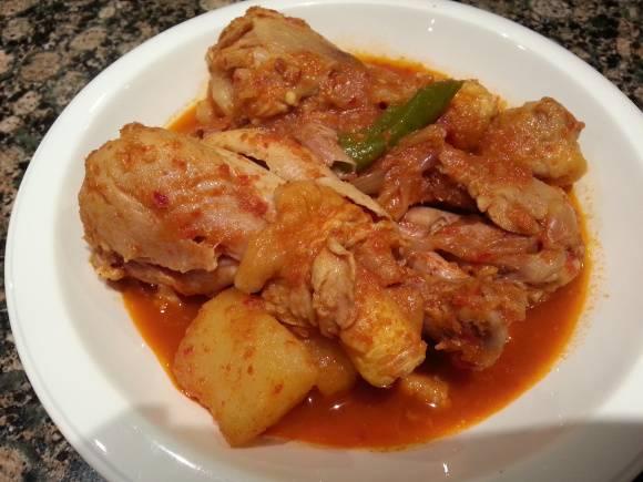 9. Тушеная картошка с курицей готова! Украсьте блюдо зеленью и подавайте. Приятного аппетита!