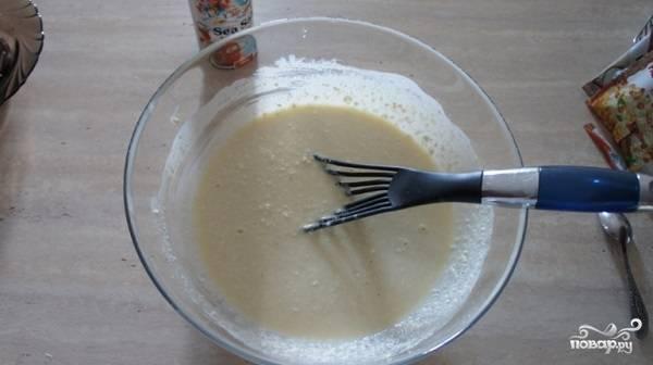 6. Еще раз хорошенько перемешайте тесто. Немного смажьте чашу мультиварки или жаропрочную форму маслом и присыпьте манкой.