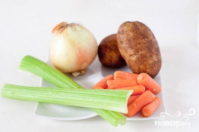 1. Разогреть медленноварку на сильном огне. Говядину нарезать кубиками. Измельчить лук. Нарезать морковь, сельдерей и картофель.