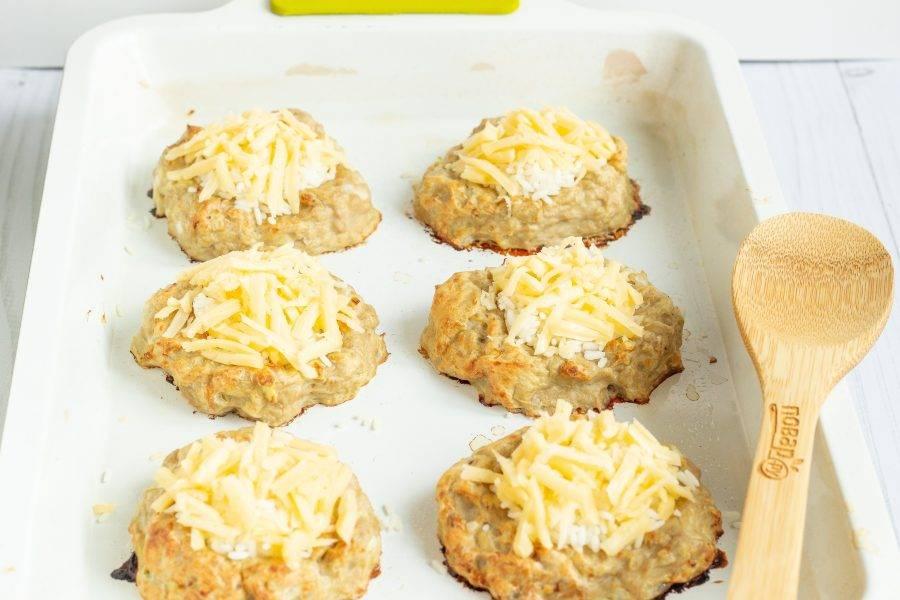 Рис посыпьте натертым сыром и уберите в духовку ещё на 10 минут. Правда похожи на ватрушки?