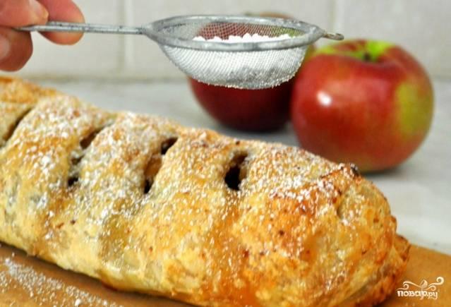 Перед подачей присыпьте поверхность штруделя сахарной пудрой по вкусу. Приятного аппетита!