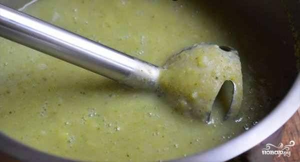 Готовый суп превратите в пюре блендером. Добавьте чеснок и специи с солью.