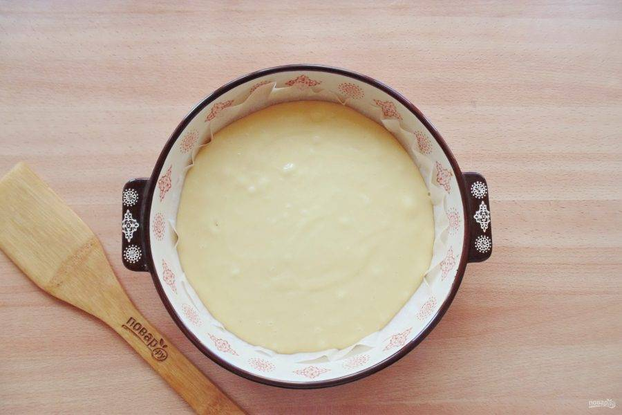 Разделите тесто на две части. Одну часть выложите в форму для выпечки.