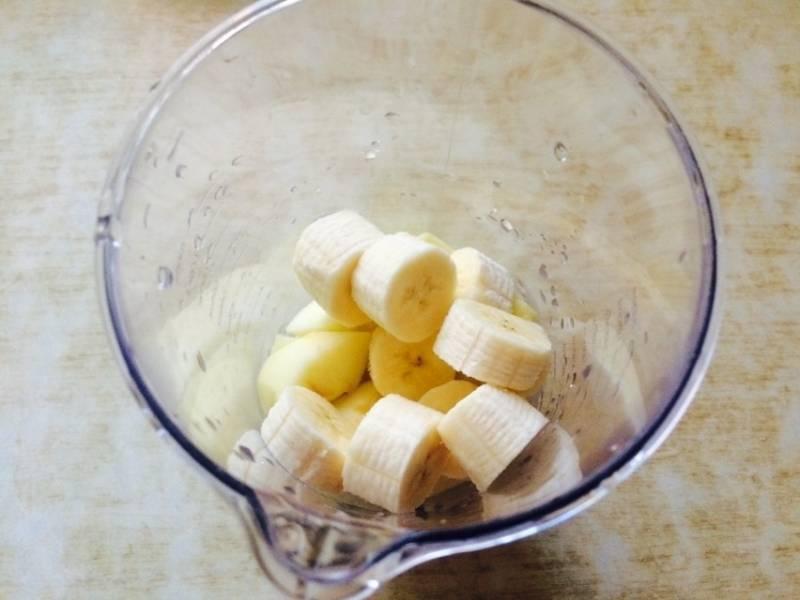 Туда же режем очищенный банан.