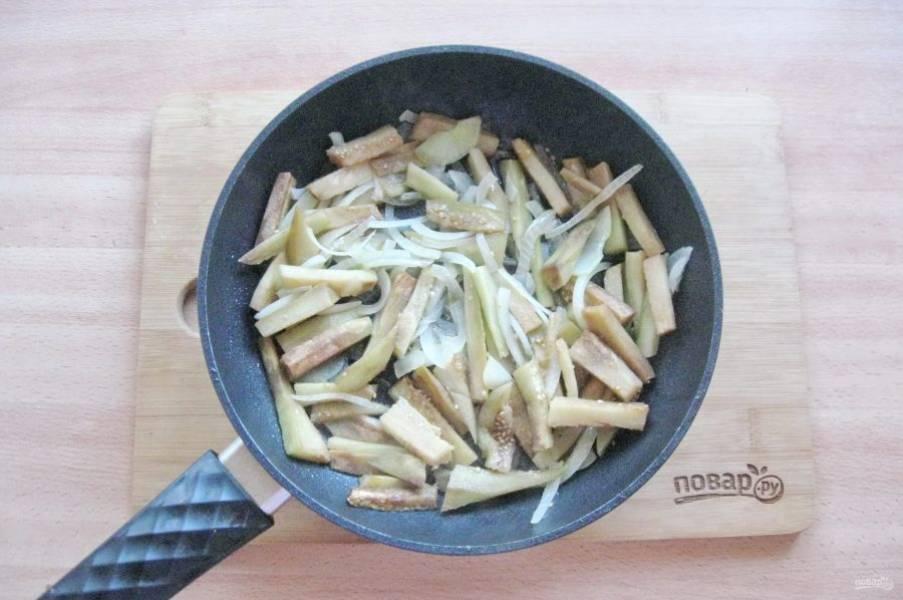 Налейте подсолнечное масло и обжаривайте овощи 5-6 минут перемешивая.