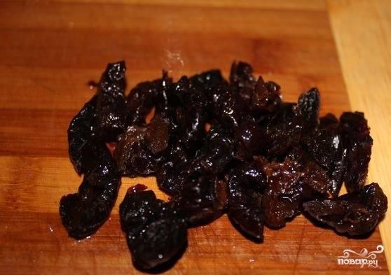 Чернослив очистите от косточек, если таковые имеются. Нарежьте его на тонкие полосочки или квадратики. Выбирайте сочный чернослив, не слишком сухой.