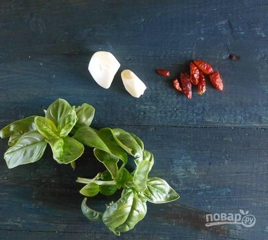 1.Очистите зубчик чеснока и разрежьте его на несколько крупных кусочков. Сушеный чили разрежьте на 3-4 части, вымойте базилик. Вымойте томаты и натрите их на крупной терке.