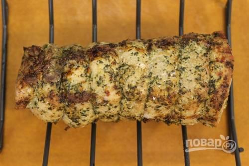 5. Разогрейте духовку до 180 градусов и отправьте мясо запекаться минут на 45. После увеличьте температуру до 200-210 градусов и запекайте до готовности.