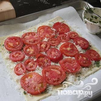 5. Выложить ломтики помидоров поверх сыра. Хорошо приправить солью и черным перцем.