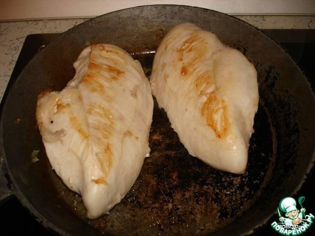 Филе обжарьте в масле с двух сторон до золотистого оттенка и отложите. Брокколи отварите в подсоленной воде 5 минут до полуготовности.