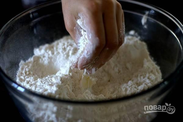 2.Займемся тестом. Просеянную муку разотрите со сливочным маслом, нарезанным кубиками.