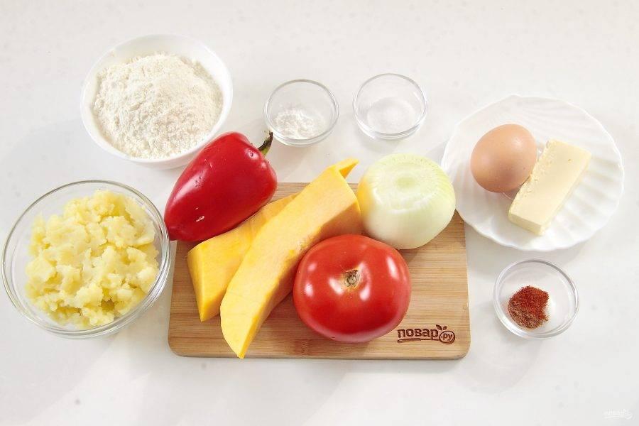 Подготовьте все ингредиенты для пирога. Картофель заранее очистите, отварите до готовности и превратите в пюре.
