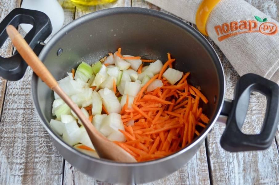Добавьте лук и морковь, обжарьте до полуготовности.