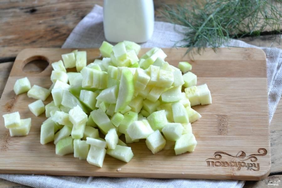 Кабачки нарежьте небольшими кубиками и посолите. Оставьте на 30 минут, чтобы они пустили сок.