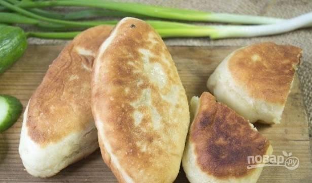 Пирожки обжарьте на большом огне в масле с обеих сторон до золотистого цвета. Приятного аппетита!