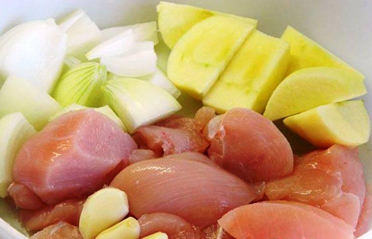 Порежьте куриное мясо, яблоко и лук кусочками, очистите чеснок.