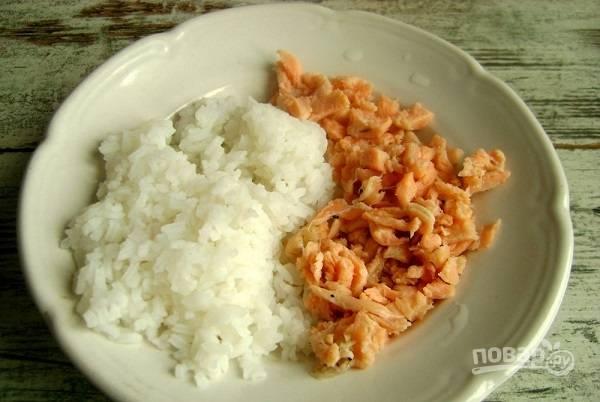 7. Соедините измельченную рыбку с рисом. Можно добавить по вкусу перец и щепотку зелени, например. Тщательно перемешайте.