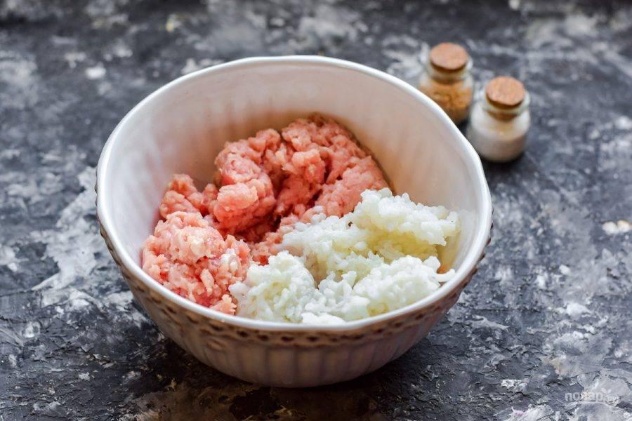 Переложите фарш в миску, добавьте туда же готовый рис.