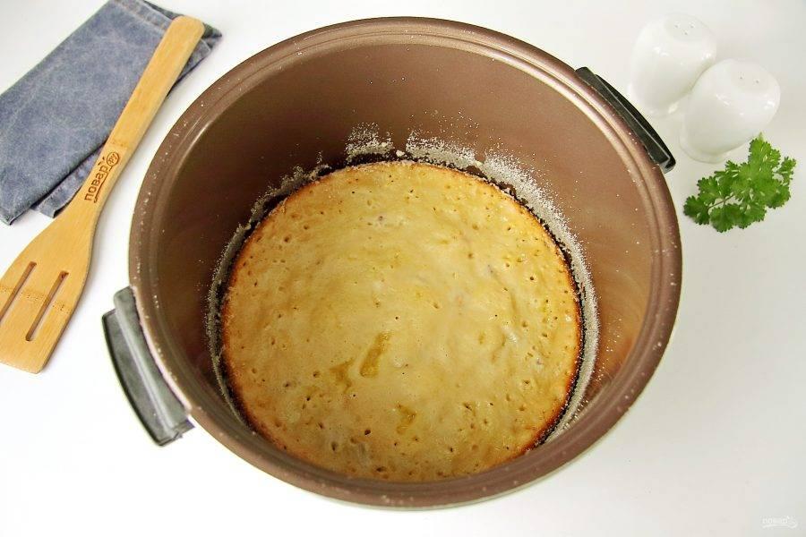 За 15 минут до окончания программы достаньте пирог при помощи контейнера для варки на пару. Аккуратно поместите его обратно в мультиварки верхней стороной вниз, чтобы она немного подрумянилась и готовьте до звукового сигнала.