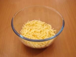 Сыр трем на средней терке.