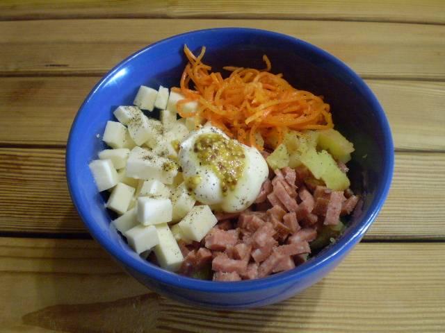 5. Соединяем в салатнике продукты. Добавляем майонез, горчицу, соль, специи.