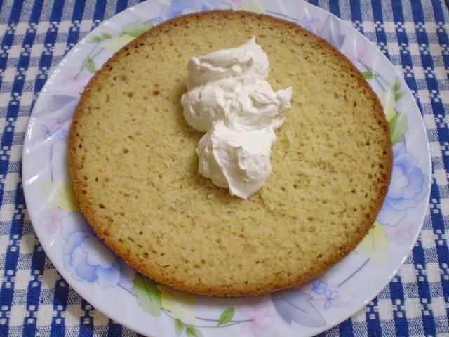 9. Каждый корж бисквита смазываем густым сметанным кремом.
