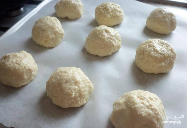 Разогрейте духовку до 200 градусов. На противень, застланный пергаментом, уложите булочки. Уберите в духовку на 10 минут.
