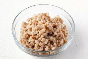 2. Для начала следует отварить пшеницу (отправьте ее в холодную воду, доведите до кипения и отварите в слегка подсоленной воде)