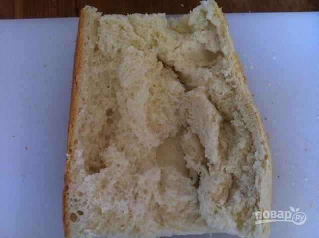 1. Хлеб разрежьте по горизонтали на 4 кусочка. Каждый расправьте, приоткрывая края.