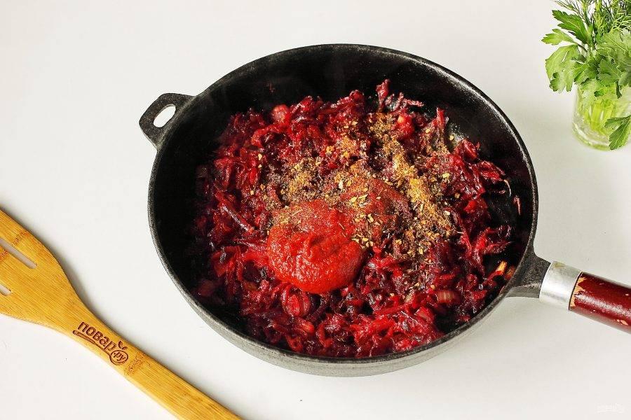 Обжарьте все вместе периодически помешивая до полной готовности, после чего добавьте томатную пасту, сахар и любимые специи.