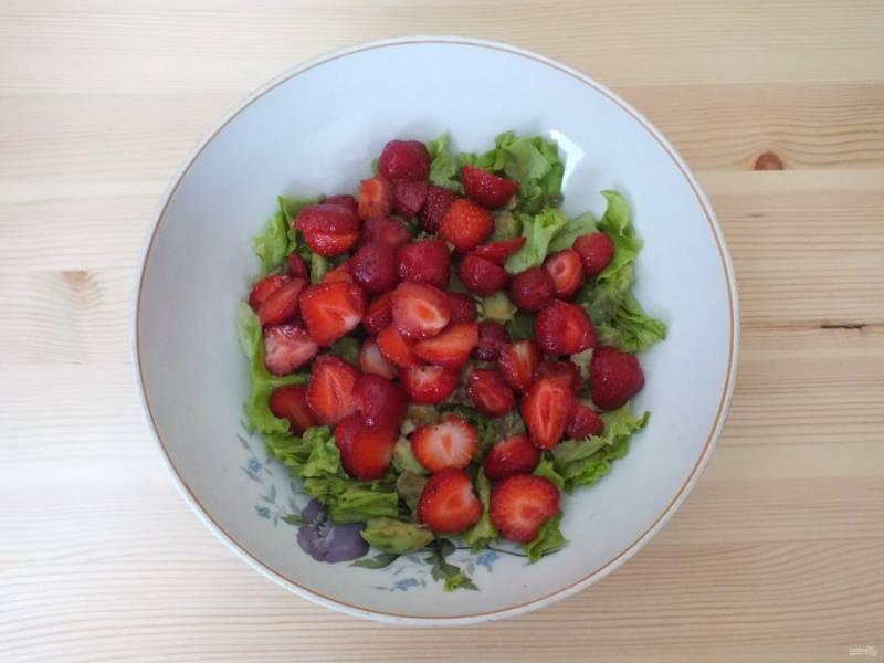Клубнику нарежьте пластинками и добавьте в салатник. Оставьте несколько штук для оформления.