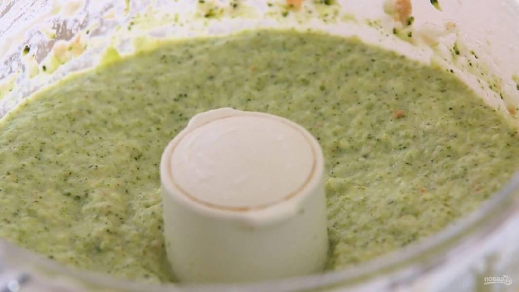 4. Поместите ингредиенты в блендер или миксер. Измельчите их в пюре.