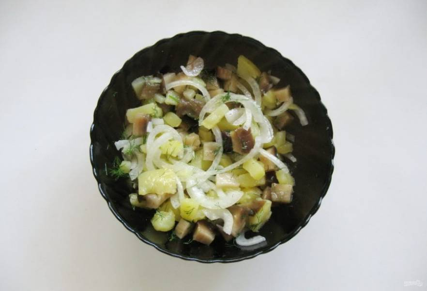 Салат посолите и заправьте подсолнечным маслом.