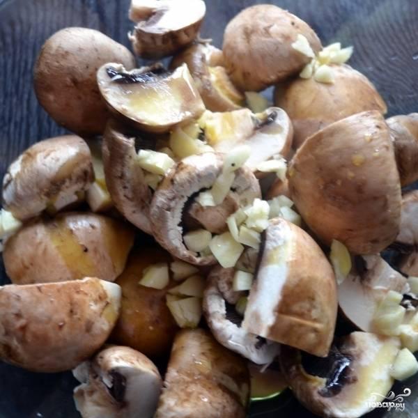 В миске перемешиваем грибы, вино, чеснок и оливковое масло.