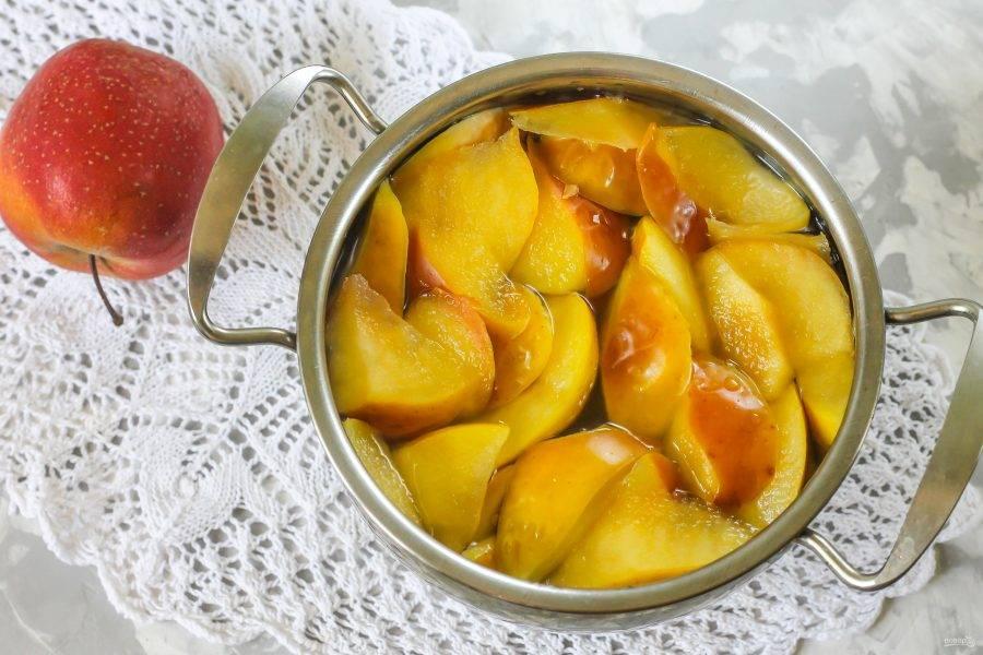 Поместите емкость на плиту, доведите до кипения и отварите до тех пор, пока яблочная нарезка не передаст жидкости свой вкус и аромат.