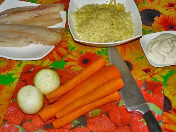 Филе минтая полейте лимонным соком, присыпьте солью и перцем. Овощи очистите от кожуры. Сыр натрите на терке.