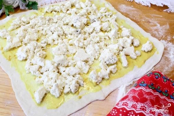 4. Для большей пикантности в начинку можно добавить черный молотый перец, а тесто смазать горчицей, например. Выложите сыр ровным слоем.