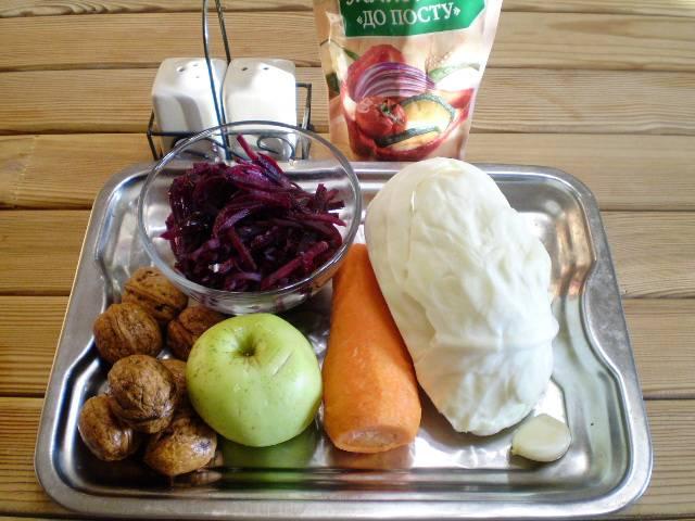 1. Приготовим продукты. Овощи вымыть, очистить. Свеклу нарезать очень тонкой соломкой.