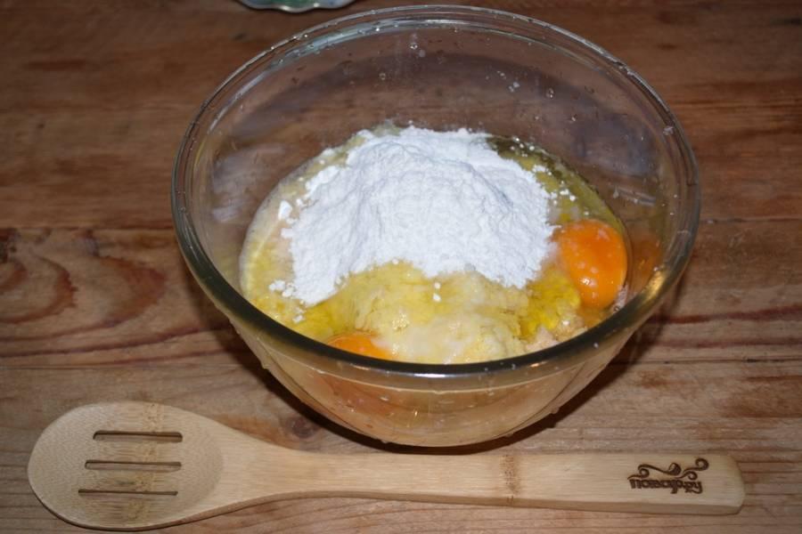 Добавьте соль, перец, куриные яйца, муку и мелко нарезанное (или измельченное при помощи мясорубки или блендера) куриное мясо. Замесите тесто.
