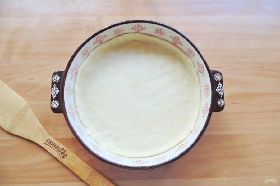 Возьмите форму для выпечки диаметром 18-20 сантиметров. 2/3 теста раскатайте и выложите в форму.