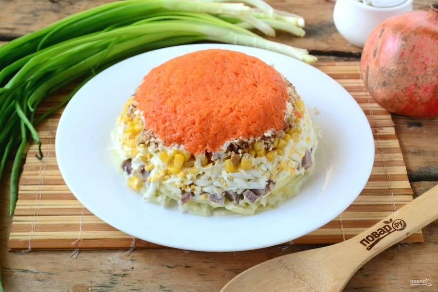 Переверните салат на плоскую тарелку, салатник и пищевую пленку уберите.