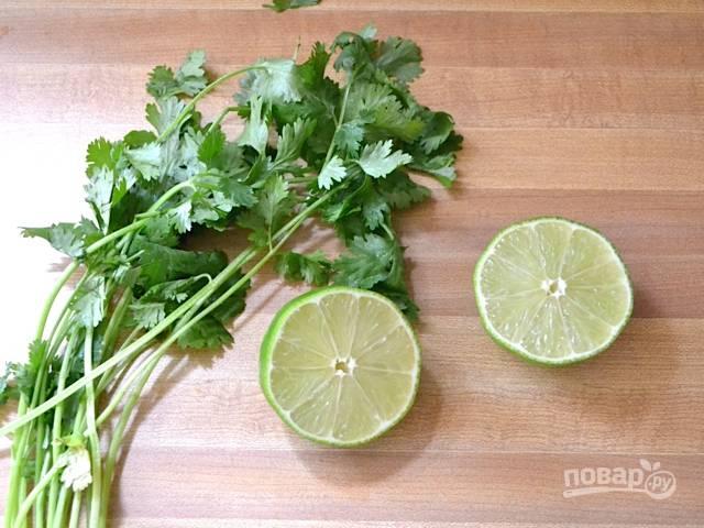 6. Из половины лайма или лимона выжмите сок прямо в кастрюлю. Вторую половину можно использовать для подачи. Измельчите свежую зелень. В данном случае это петрушка.