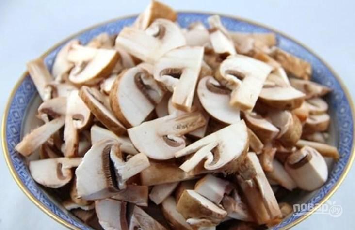 Теперь нарежьте грибы тонкими пластинками и выложите в салатник.