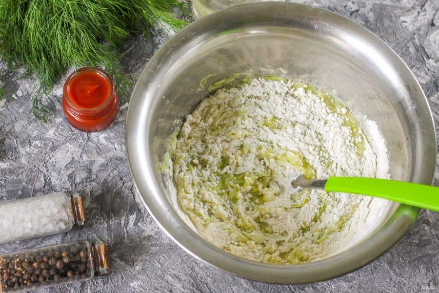 Всыпьте просеянную пшеничную муку, вмешайте ее в кабачковую массу и оставьте тесто на 5-10 минут. Пока тесто отдыхает, нарежьте слайсами вяленое или копченое мясо, промытые помидоры, сыр.