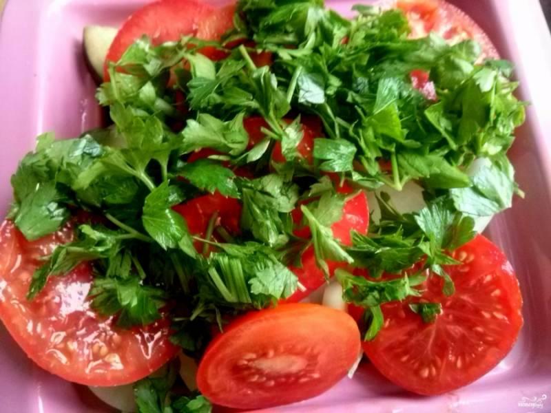 Сверху положите рубленую зелень, посолите. Налейте воду так, чтобы та покрывала помидоры, накройте крышкой. Поставьте горшочки в разогретую до 180 граудсов духовку на 45-50 минут.