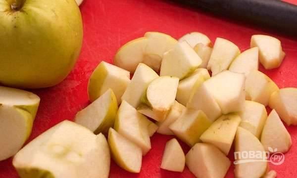 Яблоки промойте и нарежьте кубиками.